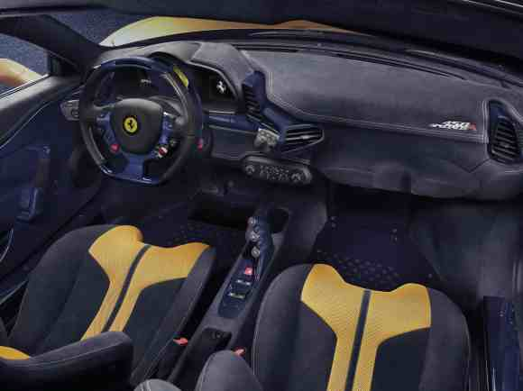 Un intérieur en carbone bicolore pour cette supercar italienne !