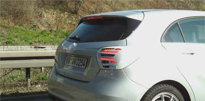 Mercedes prend soin de dissimuler les nouveaux feux de sa Classe A derrière un camouflage