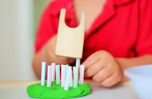 Creative & fun activities that will encourage your child to play with straws and progress and learn as a result! | speciallearninghouse.com
