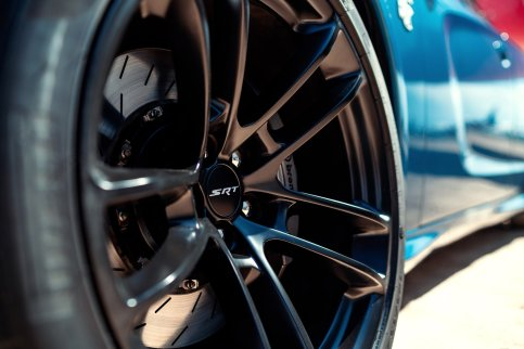 The 2020 Dodge Charger SRT Hellcat Widebody features standard 20 x 11-inch forged split-five spoke wheels with low-gloss Carbon Black finish