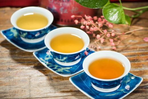 schwarzer Tee (Camellia Sinensis) in Teetassen