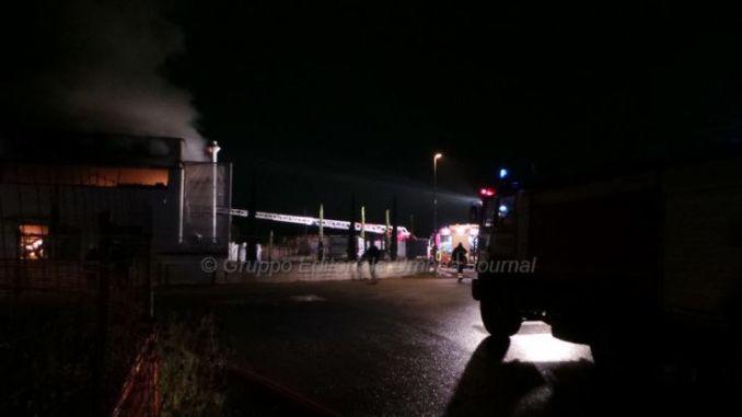 Capannone in fiamme nella zona artigianale di Cannara, 5 squadre sul posto