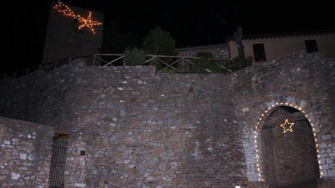 Collepino torna a splendere con meravigliose stelle di Natale Il piccolo borgo montano in questi giorni di festa si è trasformato in un vero e proprio presepe