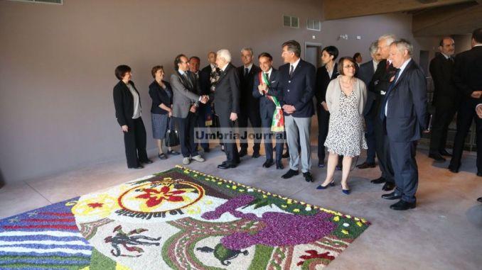 Sergio Mattarella a Spello ha visitato i mosaici della Villa Romana, dentro una speciale infiorata