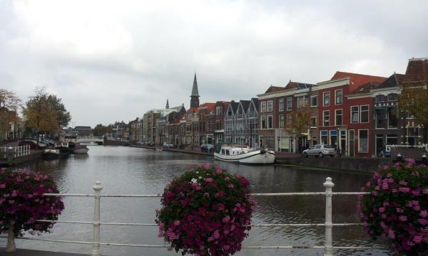 leiden_centre_canal_holland_travel_tourism