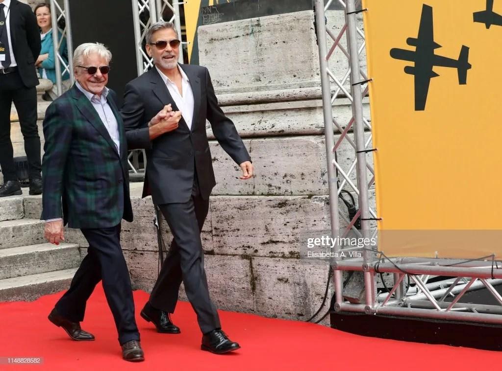 Catch-22: Clooney parla italiano e conquista il pubblico «Un onore lavorare con Giancarlo Giannini»