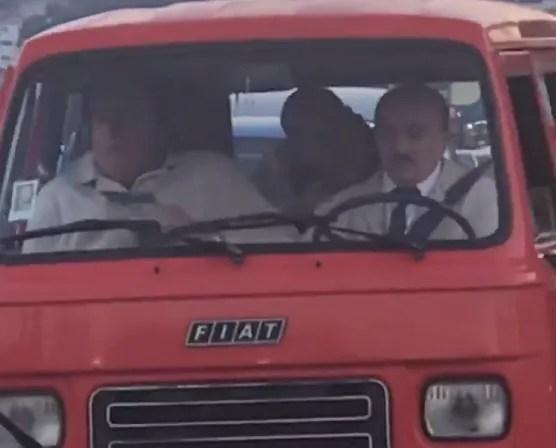 Sono Solo Fantasmi: De Sica, Tognazzi e Buccirosso sfrecciano in auto sul Lungomare di Mergellina a Napoli