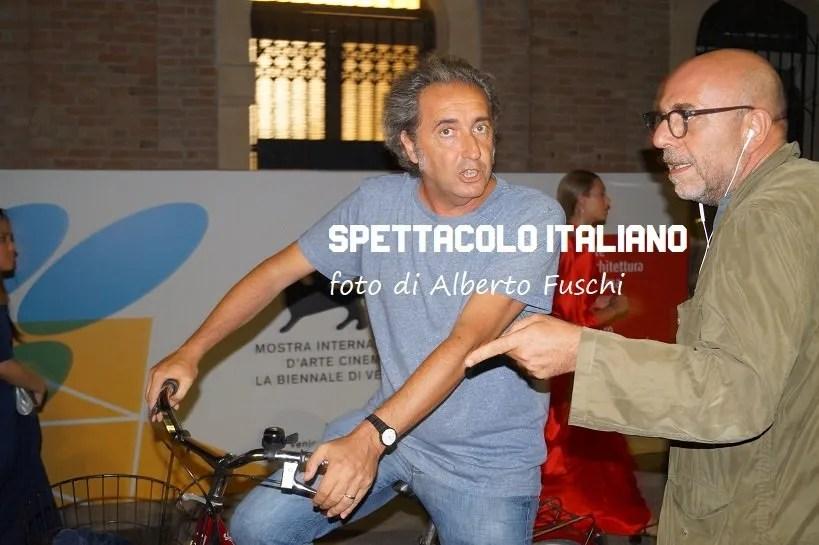 Avvistato Paolo Sorrentino in bici con Paolo Virzì a Venezia 76
