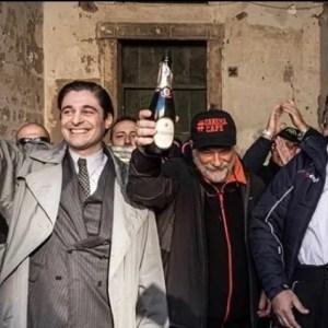 Ultimo ciak per Il Commissario Ricciardi, foto dalle riprese di Napoli con Lino Guanciale e tutto il cast