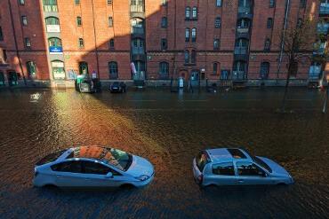 Überschwemmte Autos in der Speicherstadt