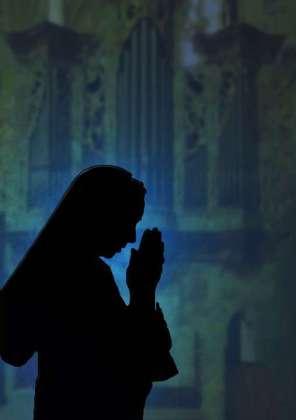 Ordensschwester beim Gebet