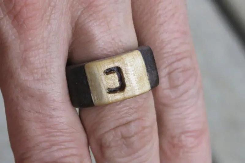 Holz Ring mit Buchstaben gefertigt mit der Dekupiersäge