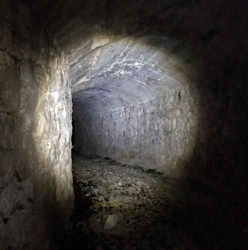 Geocache im Tunnel Slowenien