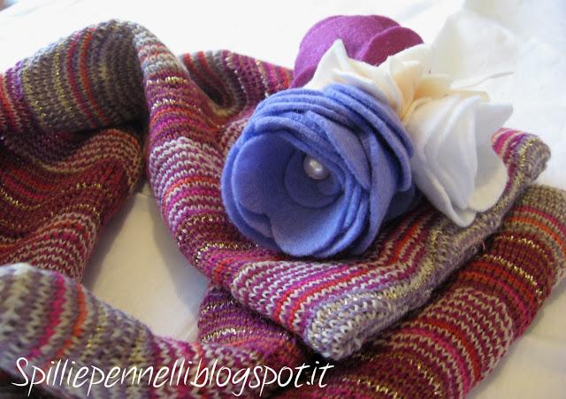 Scaldacollo in lana con spilla fatta a mano