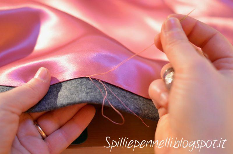 Rose rosa per un cappotto in panno grigio