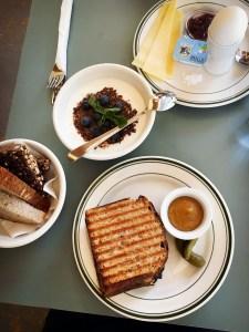 Schinken-Käse-Toast mit Senf zum Frühstück