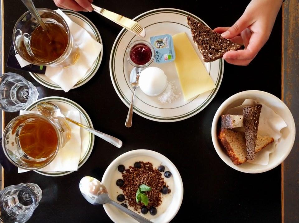 Unser erstes Frühstück bei Bingo 156 - Joghurt mit Granola, leckeres Brot, Käse, Marmelade und ein weiches Ei