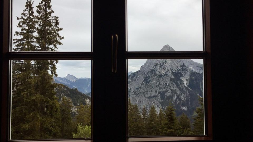 Ausblick aus einem Fenster auf eine Bergkulisse