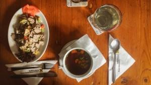 Rindfleischsalat mit Kernöl und Kaspressknödelsuppe