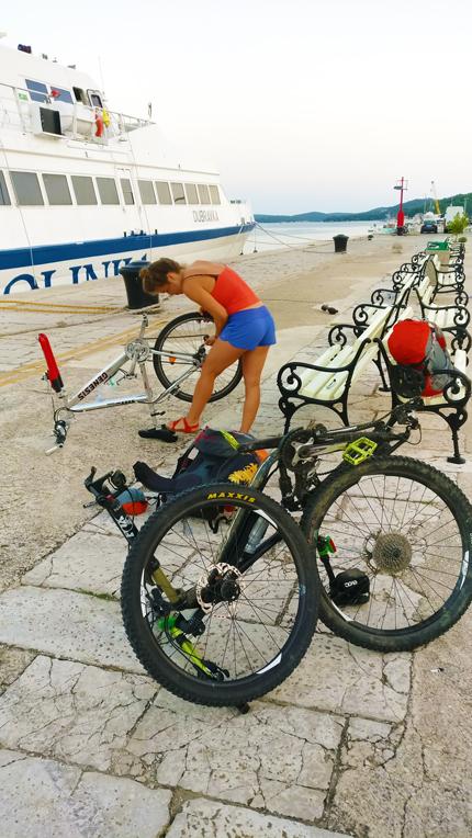 Cnuddl beim zusammenfalten der Bikes
