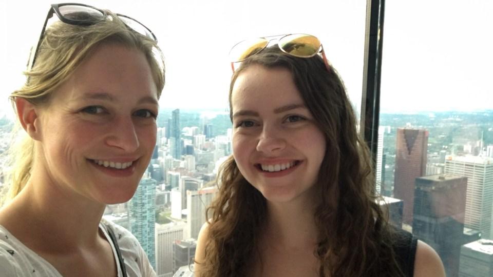 Die Aussicht mit Olivia im CN Tower in Toronto genossen