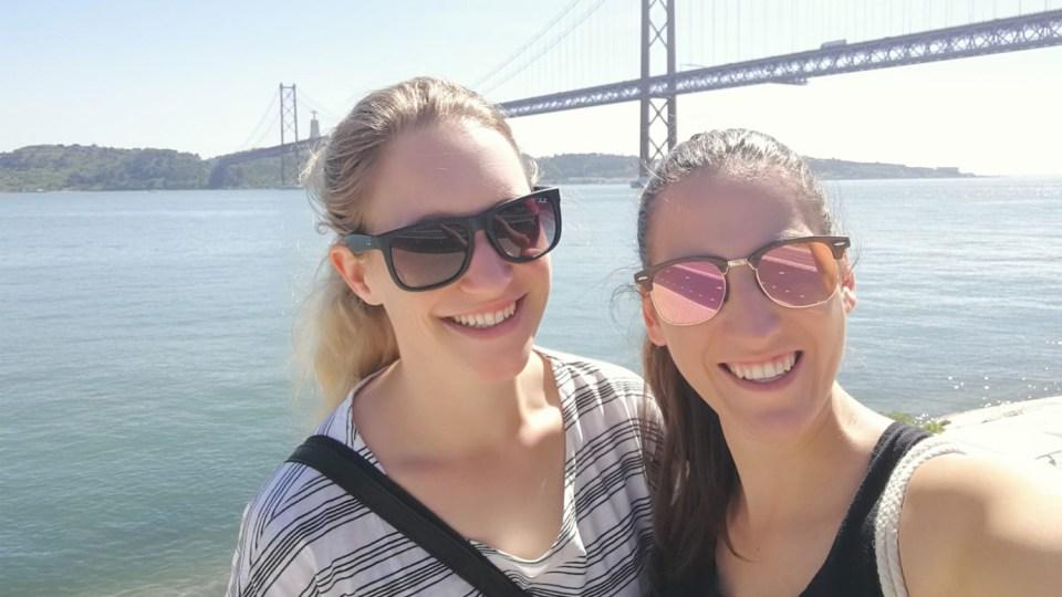 Start der Reise: Kristina und Claudia in Lissabon