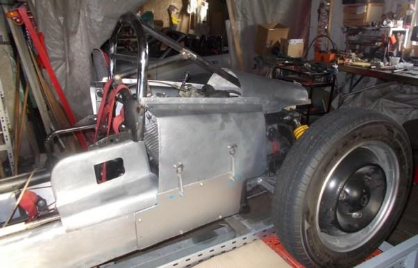 le capot arrière en alu,avec la prise d'aire de refroidissement du moteur