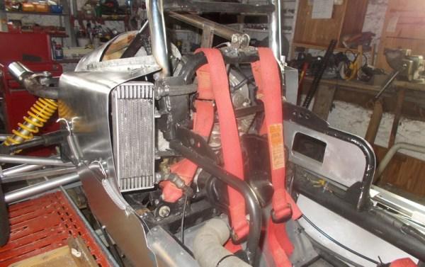 le radaiteur d'huile de 2 cv il est plus grand que le radiateur d'huile d'origine du XT il est fixé à coté du reservoir d'huile