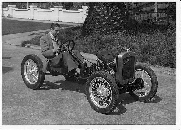 FILTRE      tony_press_on_his_1929_austin_seven__chassis