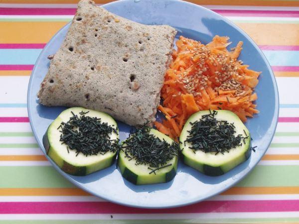 Galette de sarrasin à l'ortie - carottes râpées - courgettes