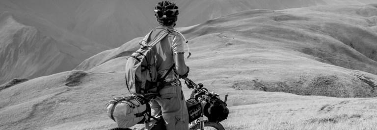Un sportif qui fait du vélo en montagne