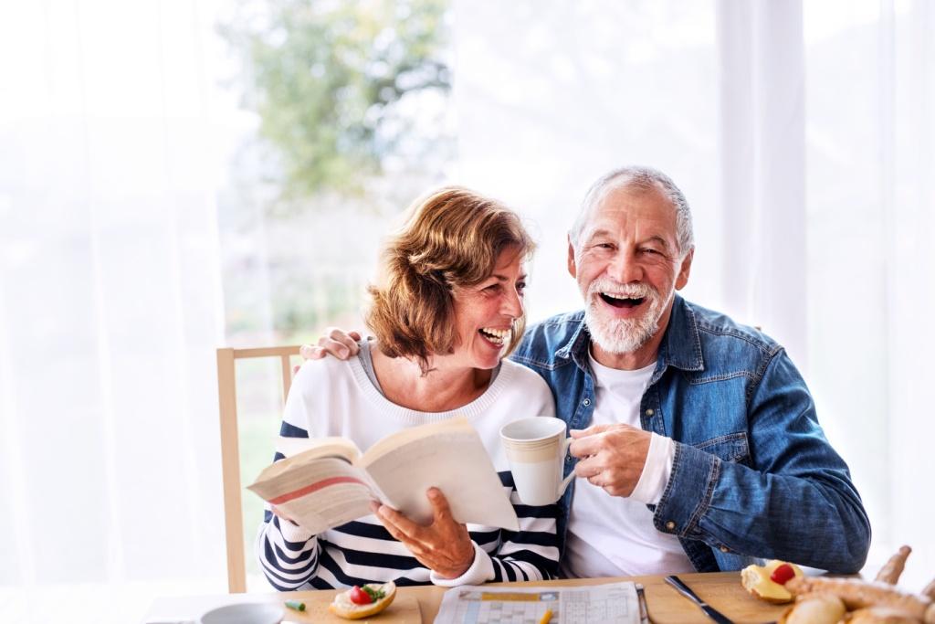 Deux personnes âgées sont n forme en dégustant de la spiruline
