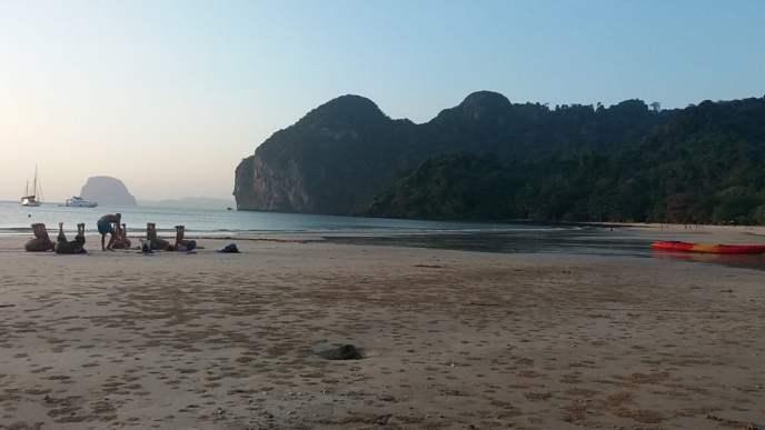 Yoga op het strand van Had Farang of Charlies Beach op Koh Mook Eiland