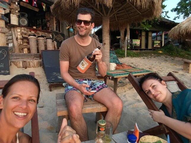 Gezellig een drankje doen met zonsondergang op Koh Lanta
