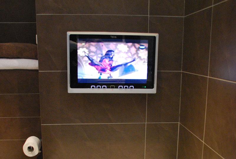 Wasserdichte Badezimmer TV auch Kabellos von SplashVision