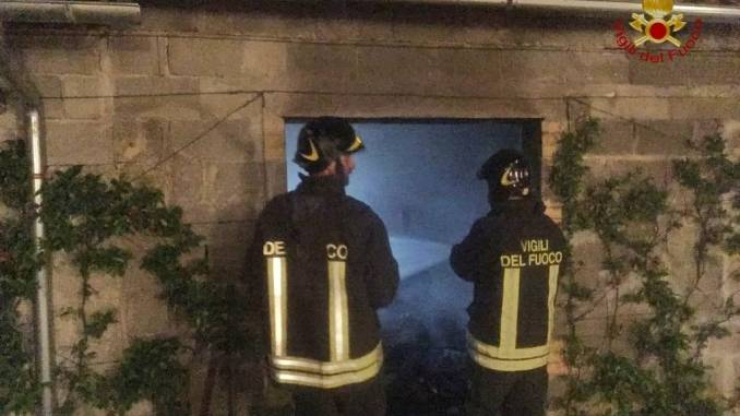 Incendio a Campello sul Clitunno, brucia una legnaia