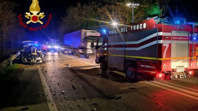 Incidente a Spoleto, lungo la Flaminia, 6 veicoli coinvolti, feriti lievi