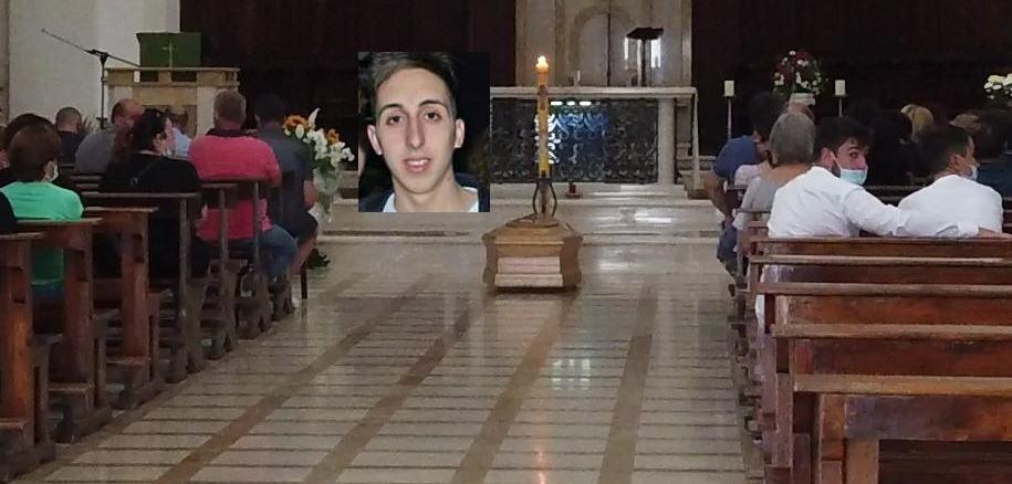 Celebrato il funerale di Filippo Limini, i vaporetti davanti la chiesa a Spoleto