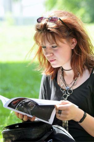 Isabel vertieft im Magazin - Tobi