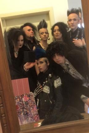 Die ganze Bande vor dem Spiegel