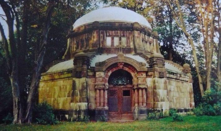 Das größte Mausoleum hat inzwischen einen Paten gefunden, da sich niemand der Familie um das Grab kümmern wollte.