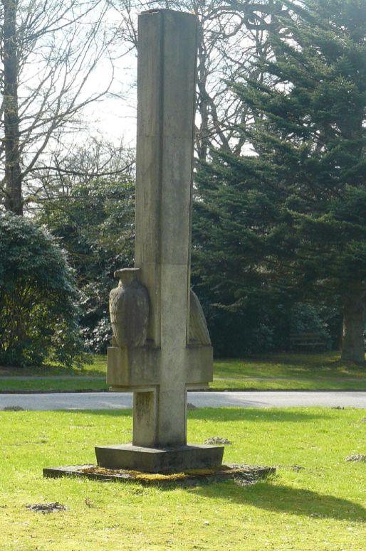 Ein umgedrehtes Kreuz selbst auf dem Friedhof