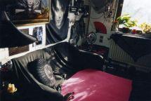 Jede freie Ecke wird ausgenutzt, um sie mit Sammlerstücken und schönen Dingen zu schmücken - Gothic Berlin Bild #4