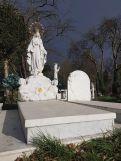 Ein schöner Kontrast mit der abziehenden Sturmfront. Das Grab ist nicht neu, es wurde offenbar aufwendig restauriert.
