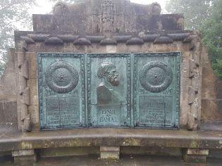 Die Gedenktafel für seinen Erbauer, der in einer kleinen Hütte unweit des Denkmals 2 Jahre lang gewohnt hat.