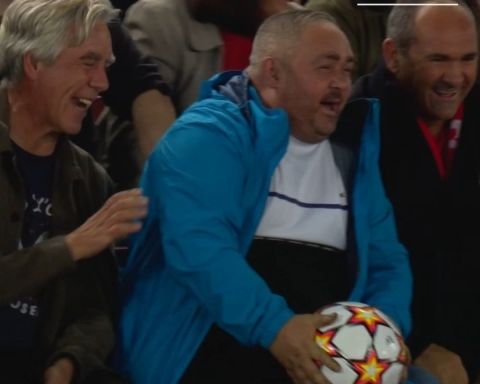 Yes, it's a real  match ball  Love for football ...