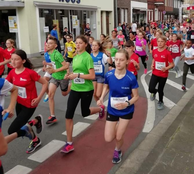 Starker Beifall begleitet SuS-Trio bei ihrem Lauf durch die Oelder City