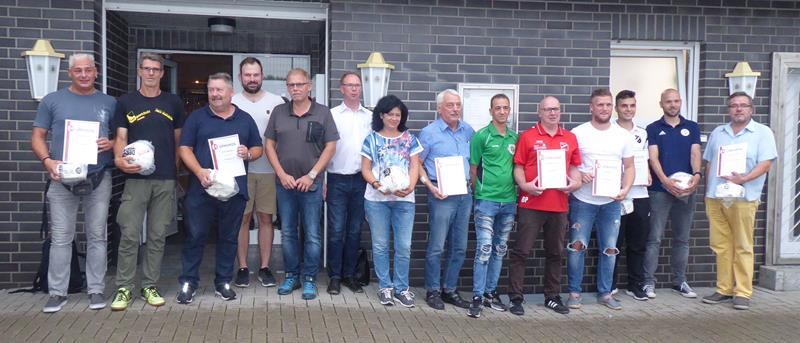 Ein harmonischer Kreisliga-Staffeltag: Meisterkür – Staffelleiter – Neue Fußballregeln