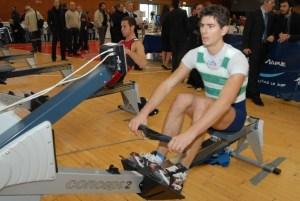 Un atleta in azione con il cicloergometro