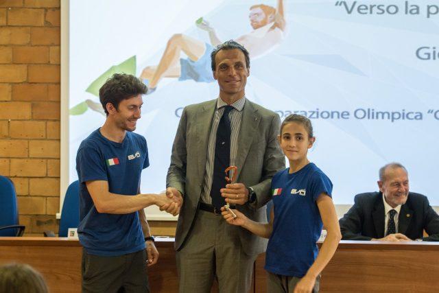 Stefano Ghisolfi e Laura Rogora donano un simbolo dellArrampicata a Carlo Mornati